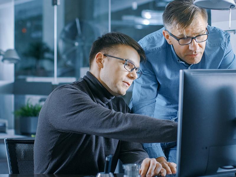 Fachkräfte am Rechner